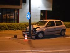 Auto knalt tegen lantaarnpaal na uitwijkmanoeuvre voor kat