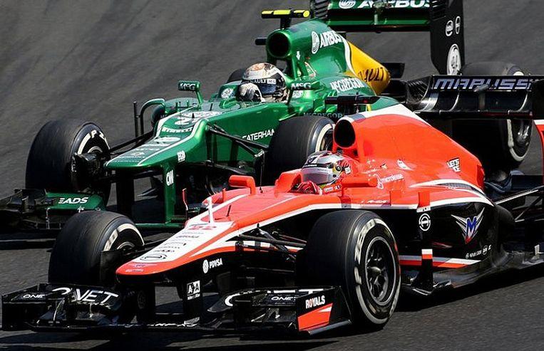 Coureurs van Caterham (links) en Marussia tijdens een race, eerder dit jaar. Beeld Henk Brands