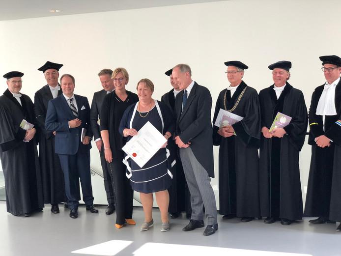 Willemien Kruik-Kollöffel (midden) tijdens haar promotie aan de Universiteit Twente.