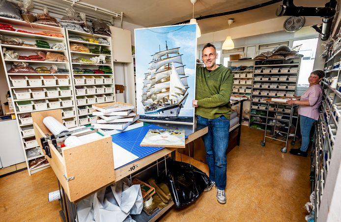 Het loopt storm in de webwinkel van DP Benelux van Mike Swanborn (foto) en zijn vrouw Ingrid. Meer mensen zoeken naar afleiding en hebben diamond painting ontdekt.