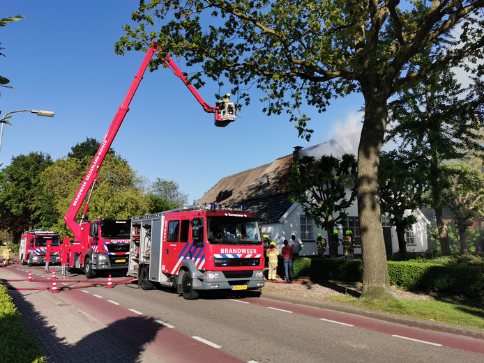 De woning in Groessen waar brand woedt.