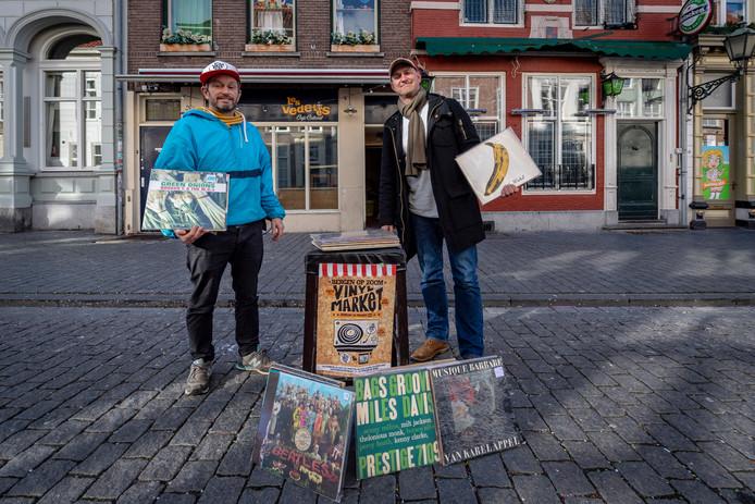 Op zondag 24 maart 2019 bundelen vinyl liefhebbers Chris & Gabrielle van Eekelen van café Les Vedettes, Ad & Coby van café het Wapen van Engelandt en vinyl verslaafde Nils Jansen uit Bergen op Zoom hun gezamenlijke krachten om voor het éérst een indoor platenbeurs te organiseren. FOTO: Chris van Eekelen (links) & Nils Jansen met vinyl voor de café's Les Vedettes en het Wapen van Engelandt.