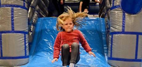 Kinderen leven zich in Nijverdalse sporthal uit op opblaasbare speelattributen