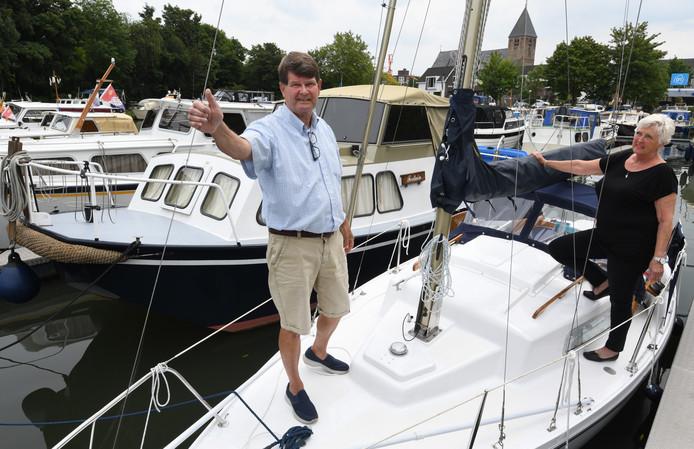 Hans en Miek van Kempen op hun boot in de jachthaven van Geldermalsen.Foto William Hoogteyling