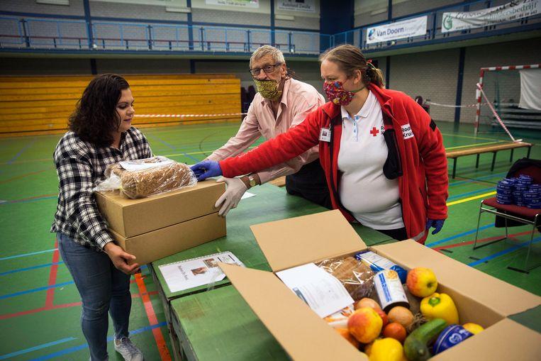 Sinds half mei deelt het Rode Kruis, in samenwerking met lokale partnerorganisaties en (lokale) boeren, verse voedselpakketten uit aan mensen die hard worden getroffen door de coronacrisis. Beeld Arie Kievit