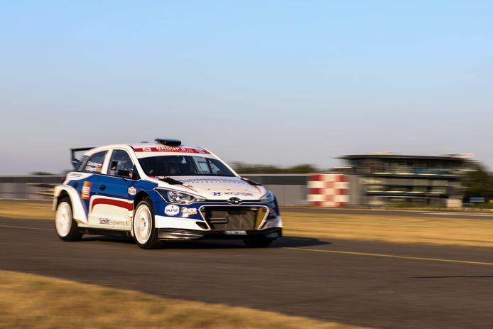 Bob de Jong geeft zijn Hyundai i20 R5 de sporen op de start- en landingsbaan van Breda International Airport.