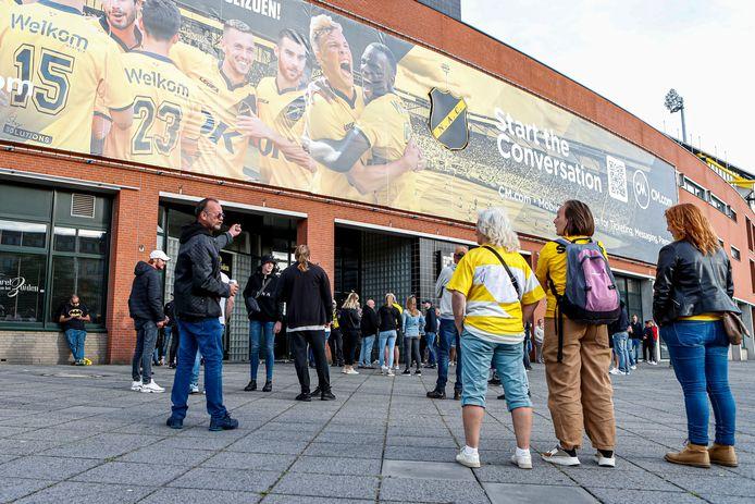 Tientallen boze NAC-supporters verzamelden zich bij de hoofdingang wegens het ontslag van de trainer van NAC, Peter Hyballa.