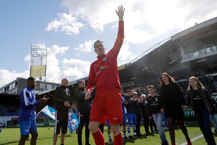 """Diederik Boer neemt na de 2-4 nederlaag afscheid van het publiek van PEC Zwolle. ,,Ik heb bij PEC een fantastisch tijdperk met meerdere prijzen meegemaakt en ik heb met Ajax nog de Europa League-finale gehaald."""""""