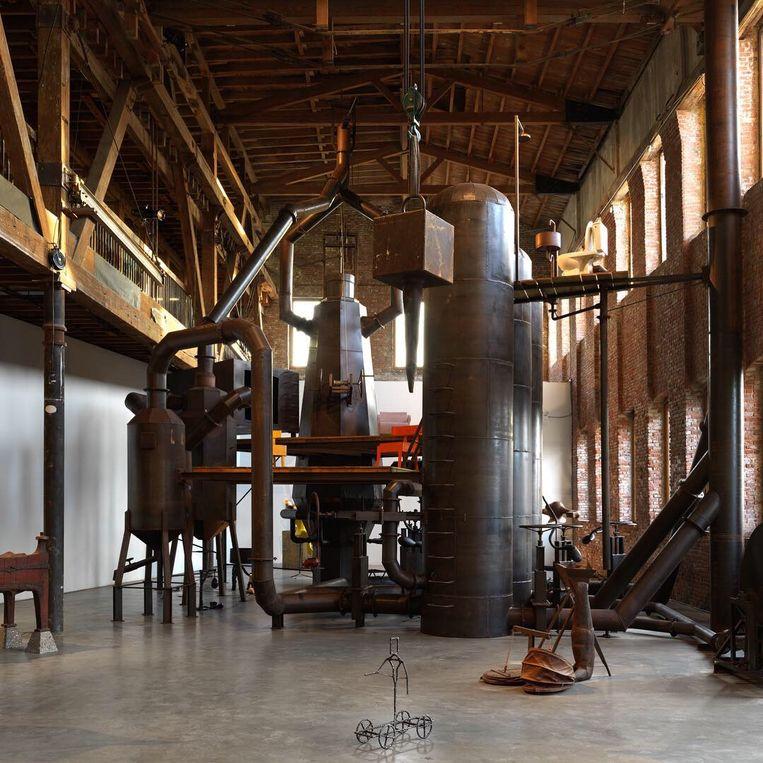 De hoogoven Blast Furnace (2013) van kunstenaar Joep van Lieshout in de oude staalfabriek in Brooklyn. Beeld