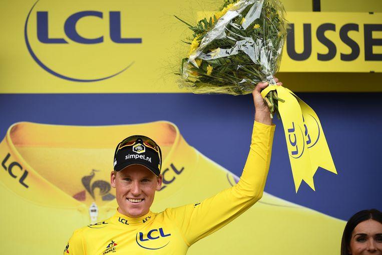 Mike Teunissen viert zijn gele trui. Beeld AFP