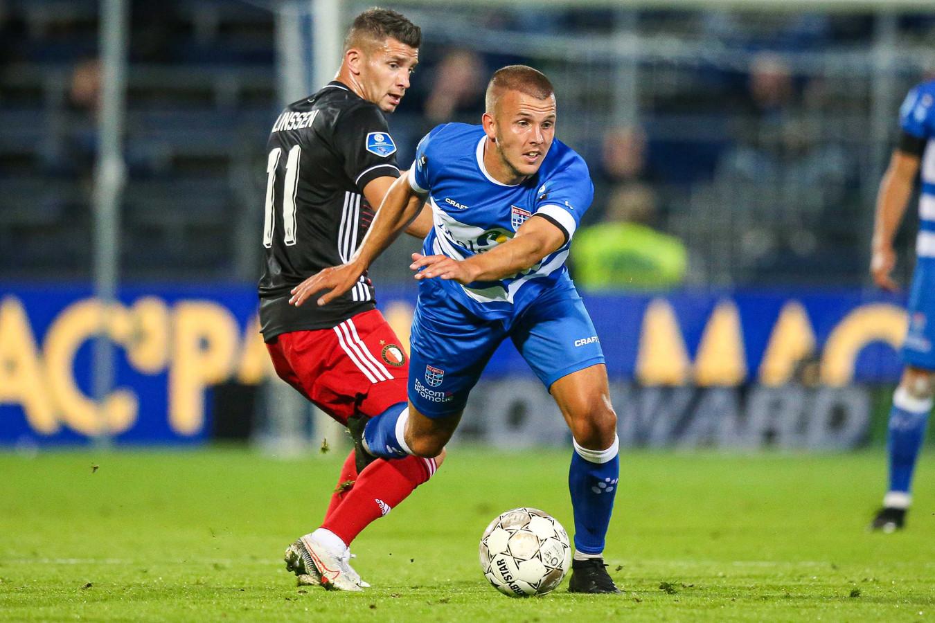 Jesper Drost (rechts) draait weg bij Feyenoorder Bryan Linssen. De middenvelder van PEC Zwolle maakte zaterdag na een lange revalidatie zijn rentree in de eredivisie.