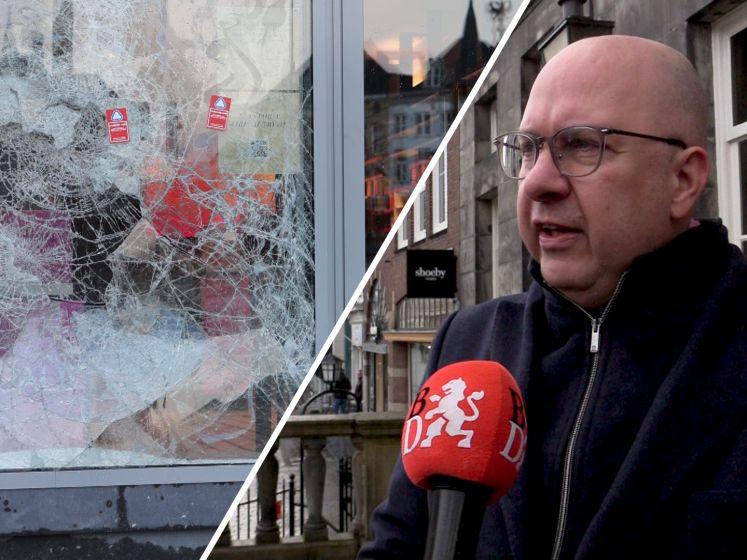 Burgemeester Mikkers geeft speech: 'Het doet pijn in het hart om de stad zo vernietigd te zien'
