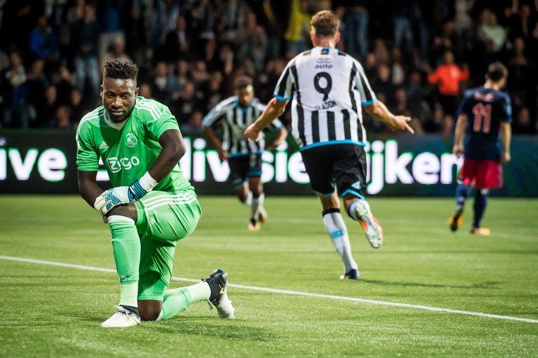 Teleurstelling bij Ajax-keeper Andre Onana (L) nadat Heracles Almelo speler Brandley Kuwas de 2-1 voor Heracles binnen schiet.  Beeld ANP Pro Shots