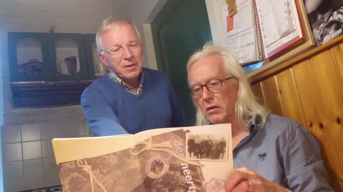Jan Heessels, die de geschiedenis van de Gestelse jongensschool beschrijft en rechts Thijs Braam van Heerlijkheid Herlaar.
