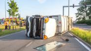 VIDEO. Vuilniswagen van Net Brussel kantelt op druk kruispunt in Ruisbroek