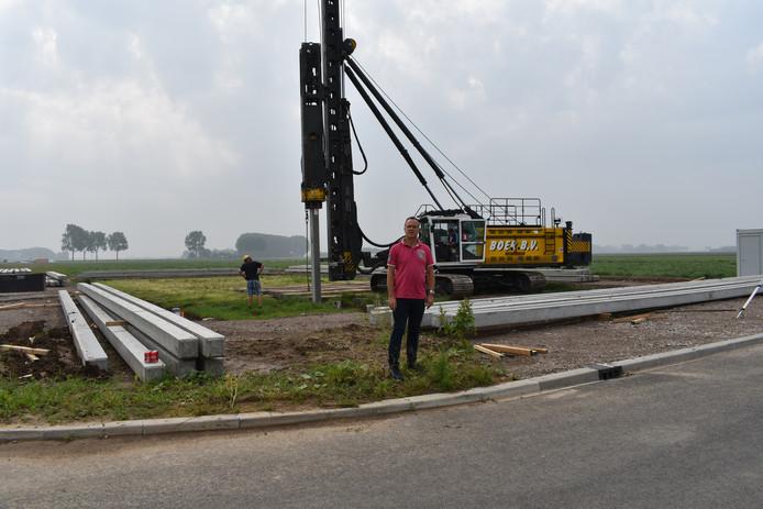 Directeur Vincent Kemper van Kelpa tussen de heipalen op bedrijventerrein Kop van Brabant.