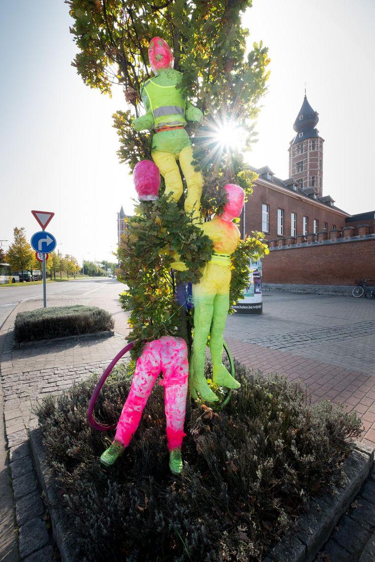 De poppen aan de BimSemschool maken deel uit van een actie voor verkeersveiligheid.