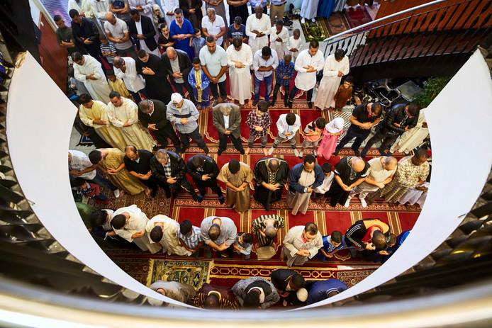 Drukte op de gang en buiten bij de Essalam moskee.