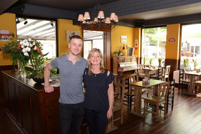 Wesley en zijn moeder Sonja baten het café samen uit.
