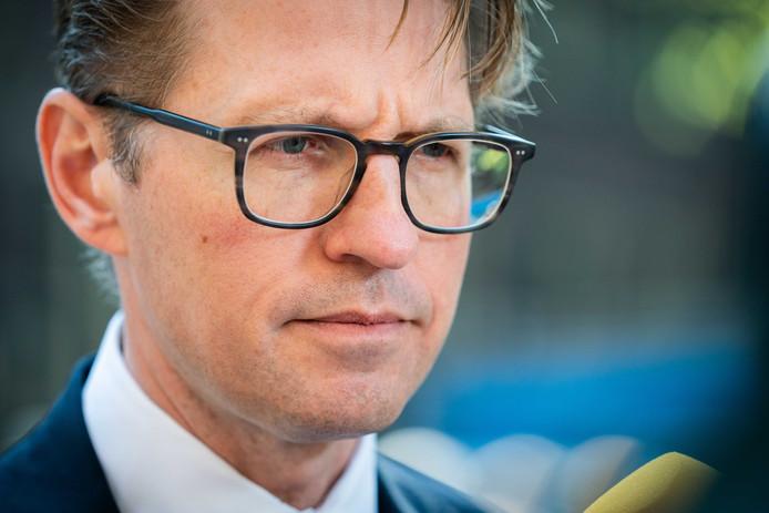 Minister Dekker wil een onderzoek naar de vermeende wapenhandel van een tbs'er in een kliniek.