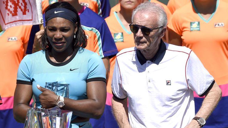 Serena Williams met Raymond Moore bij de uitreiking van de eerste prijs tijdens Indian Wells. Beeld epa