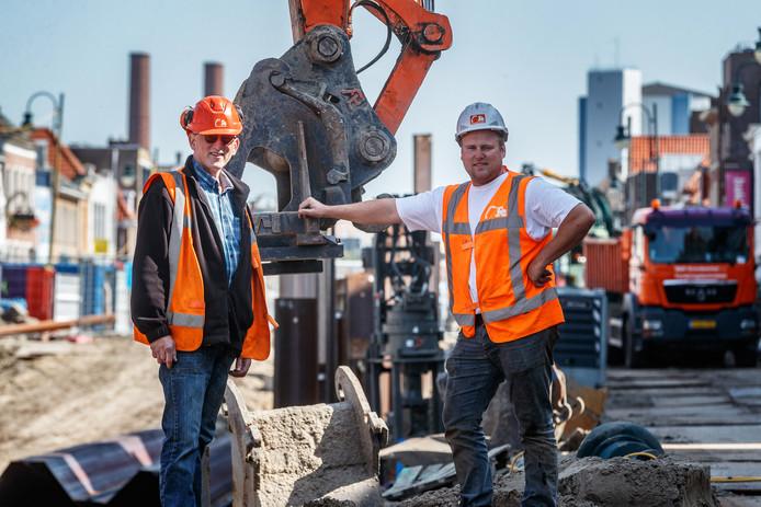 Vader Rocco en zoon Roy Donkers werken met hun lokale bedrijf mee aan het opengraven van de haven in Zevenbergen.