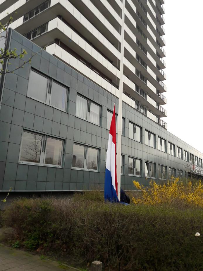 De vlag hangt half stok bij het 24 Oktoberplein, de plek waar het schietincident plaats vond.