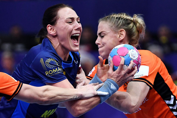 Maura Visser in gevecht om de bal met de Roemeense Melinda Anamaria Geiger.