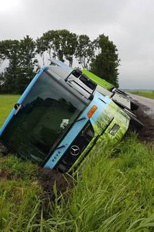 Vuilniswagen maakt stuurfout, belandt in sloot