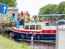 Boot ramt spoorbrug bij Nijeveen, vrouw loopt hoofdwond op