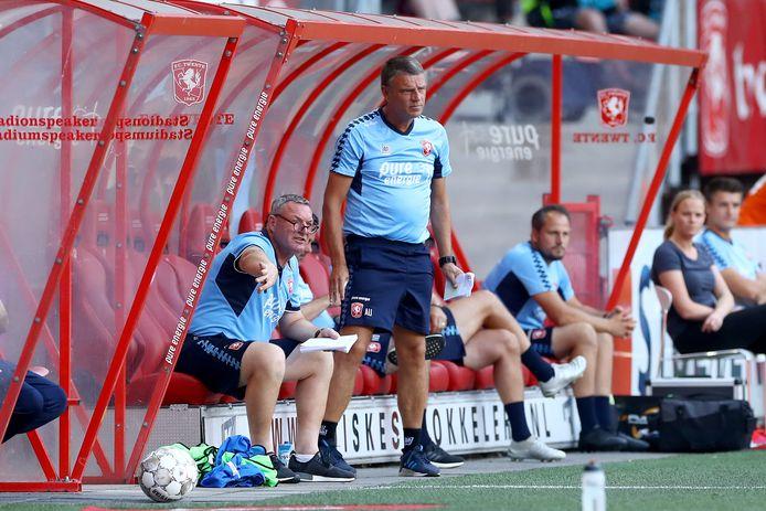 Trainer Coach Ron Jans en zijn assistent Andries Ulderink proberen het elftal te sturen.