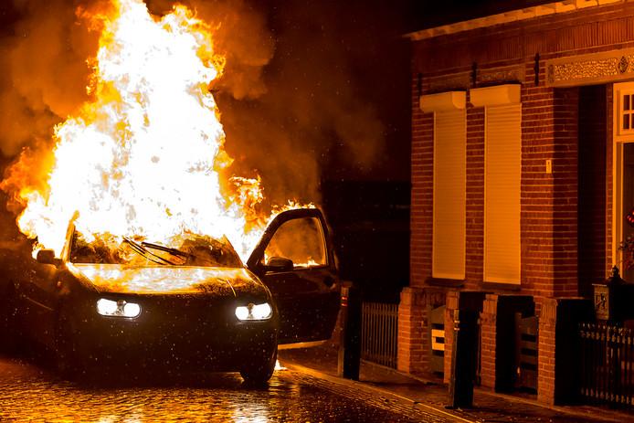 Weer autobranden in Veen. Foto Marcel van Dorst / MaRicMedia