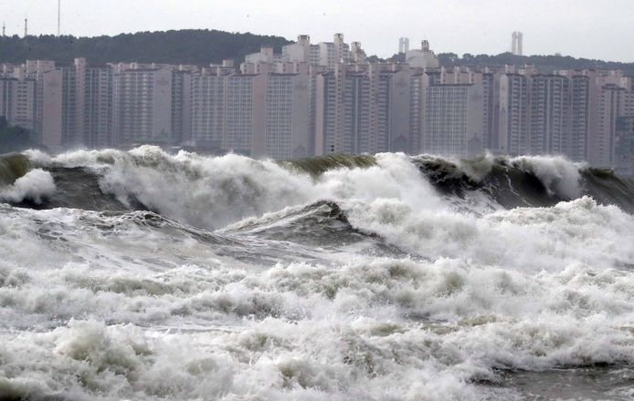 Hoge golven voor de kust van havenstad Busan in Zuid-Korea
