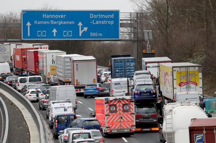 Foto ter illustratie. Een ambulance wurmt zich op de A2 in Duitsland door een file.