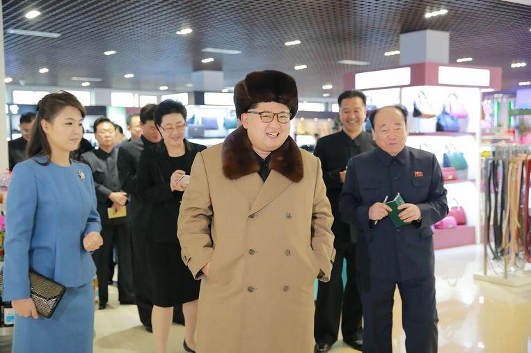 Een ongedateerde foto van Kim Jong-un en zijn vrouw Ri Sol-ju. Beeld afp