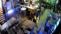 """Bizarre inbreker haalt vreemde stoten uit in taverne De Klokke: """"Hij trok zelfs een carnavalspak aan"""""""