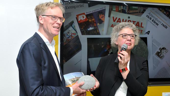 Journalist Miro Lucassen neemt zijn prijs in ontvangst.