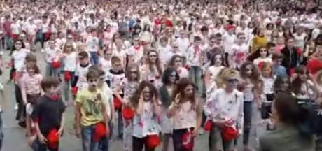 Basisscholieren in Hengelo dansen voor de tiende keer op wereldhit Thriller