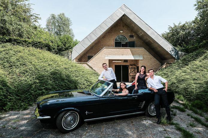 Janouk, Lieke, Max en  Jarrick, in galakleding bij de Corona Mustang.