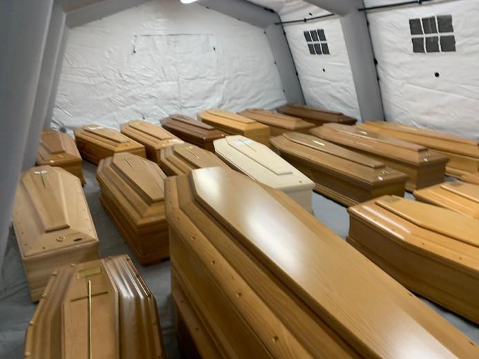 Lugubre: les cercueils ont été regroupés dans des tentes prévues à cet effet