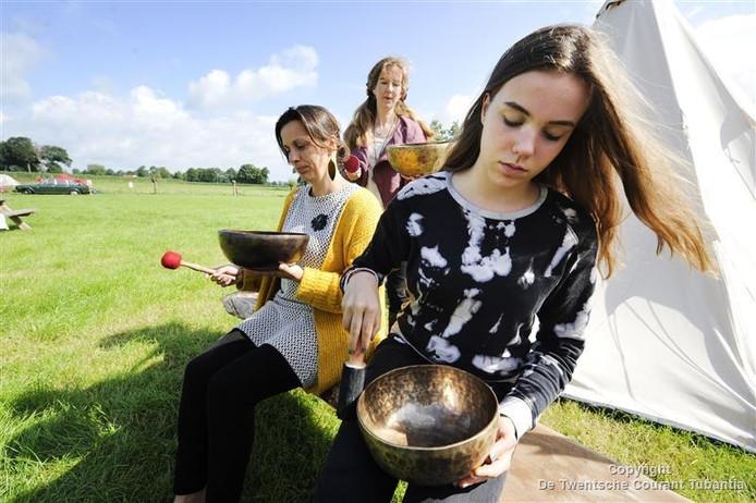 Een oefening met klankschalen: een van de activiteiten voor de deelneemsters aan het Rode Maan Festival
