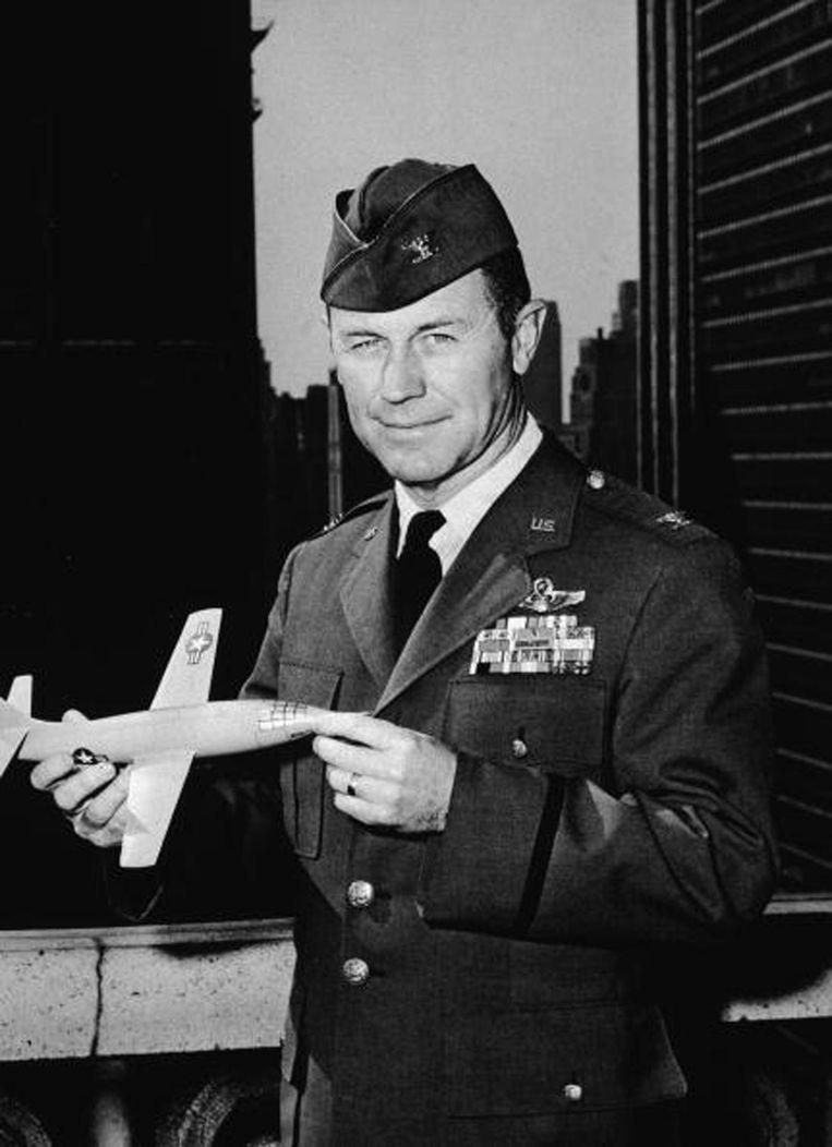 Chuck Yeager houdt een schaalmodel vast van de Bell X-1. Het vliegtuig waarmee hij in 1947 door de geluidsbarrière vloog. Beeld null