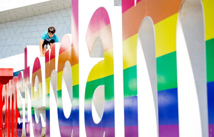 Foto ter illustratie: de letters van iAmsterdam versierd voor de jaarlijkse Canal Pride optocht, waar de lhbti-gemeenschap feestviert.