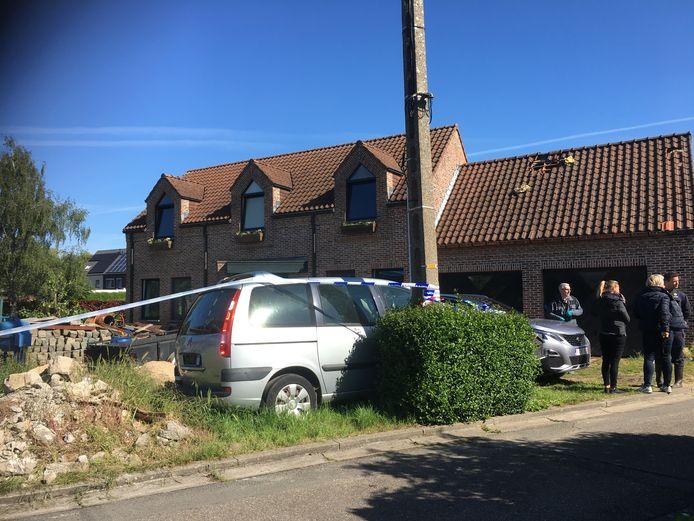 Het labo en een branddeskundige zijn momenteel ter plaatse aan de woning voor verder onderzoek. De politie heeft de woning verzegeld.