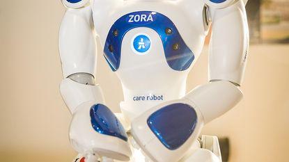 Zorgrobot Zora zingt zelfs Nicole en Hugo in De Vijvers