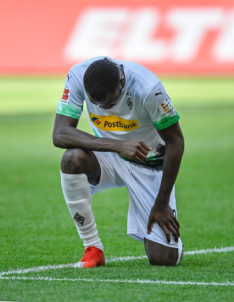 Marcus Thuram op een knie nadat hij gescoord heeft tegen Borussia Mönchengladbach.  Beeld AP