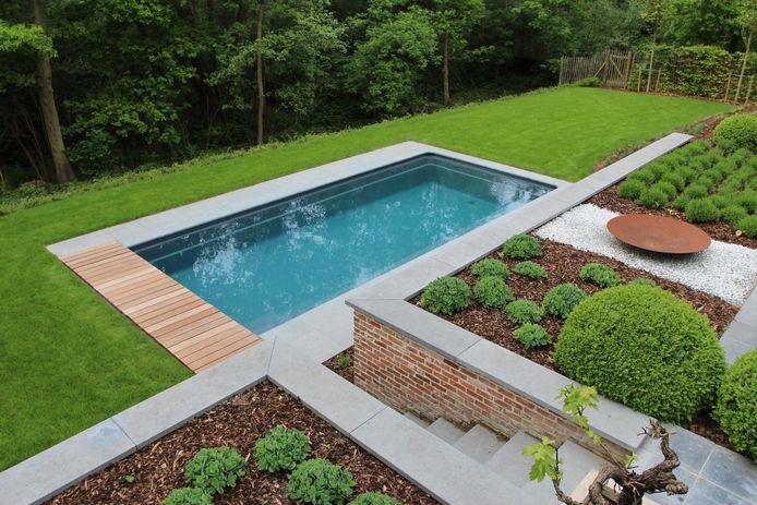 Een mooi zwembad in een mooie tuin: ideaal voor een thuisvakantie, maar niet goedkoop.