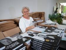 Dochter Koos Alberts verwerkt dood zanger in boek: 'Ik zat huilend achter de computer'