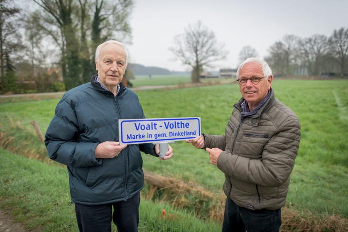 Hennie Engelbertink (links) en Bert Wolbert gaan samen de eerste plaatsnaambordjes van voormalige Dinkellandse marken plaatsen.