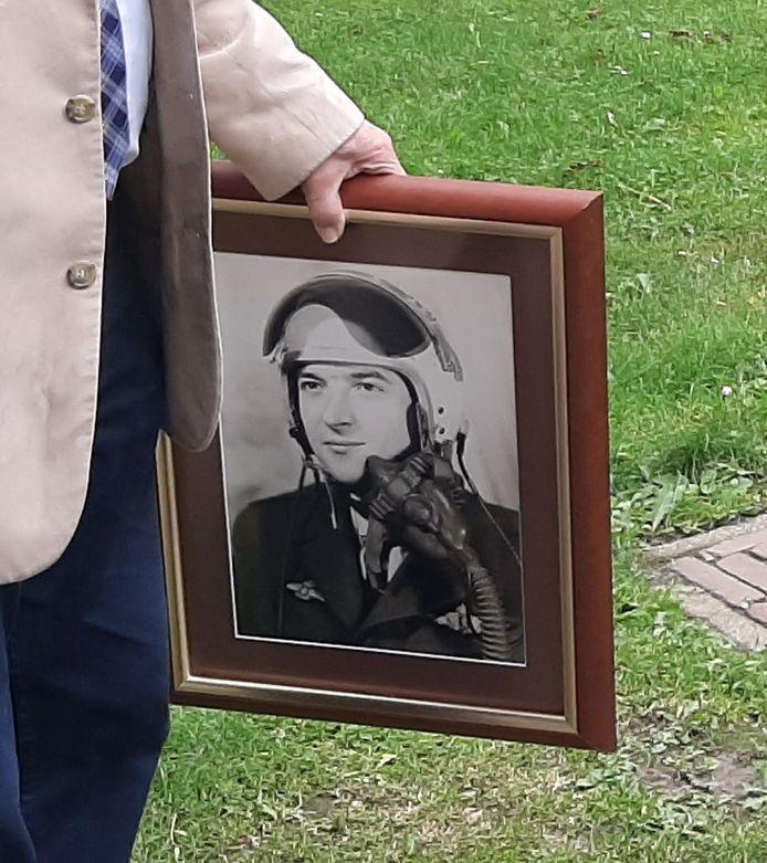 Het zwart-wit-portret van de Belgische vliegenier Louis Buelens die omkwam toen hij voorkwam dat zijn vliegtuig in de drukke bebouwing van Eindhoven neerstortte in januari 1960.
